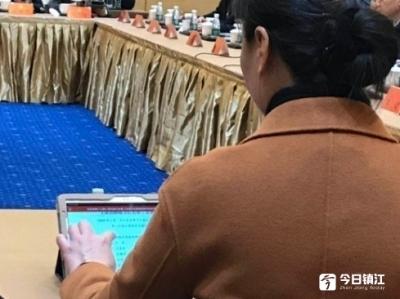 在镇江代表团会场,今日镇江记者发现代表桌上有了个小变化……