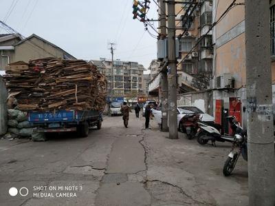 """废品回收车长期占道、小区门口还有""""汽车炸弹"""" 周边居民很烦恼"""