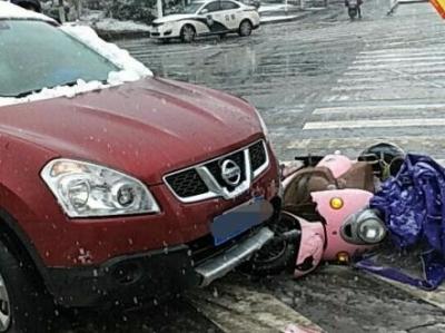 雨雪天气视线不佳  右拐轿车撞上直行电动车