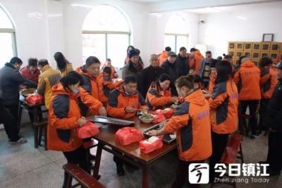 扬中义工志愿者走进敬老院为76名老人带来温暖