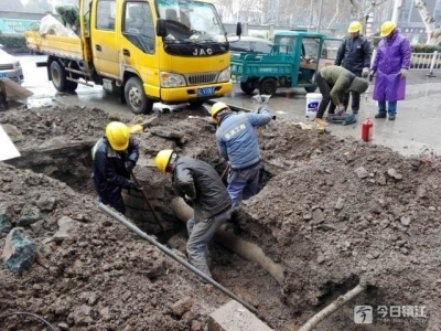 你们辛苦了!冒雪施工 谷阳新村居民用上新燃气管道