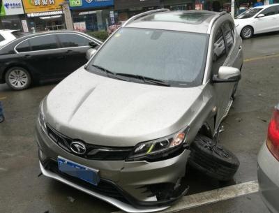 一轿车探头驶离车位   发生事故被撞旋转180度