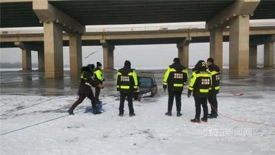 又掉一辆!男子带着老婆孩子开车横穿冰面,还边开边看手机…