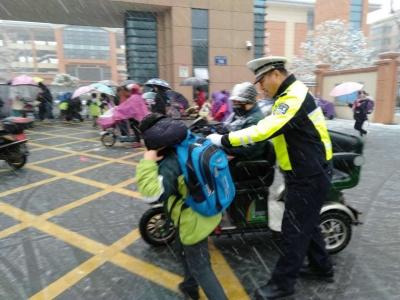 丹徒交警积极应对今年首场大雪全力保畅通防事故