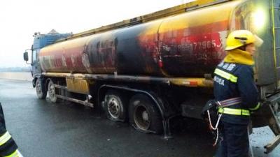 18吨油罐车今晨爆胎起火,公安消防及时救助化险情
