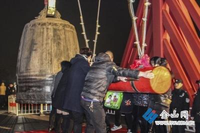 金山寺鸣钟祈福迎新年