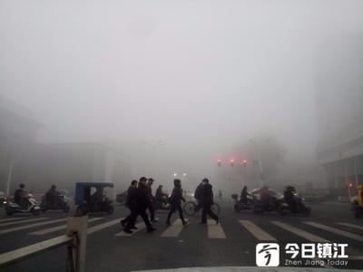 大雾袭城,镇江交警提前上岗保障交通安全
