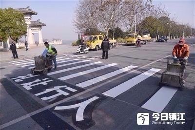 市交警支队工作人员在市区滨水路加增斑马线
