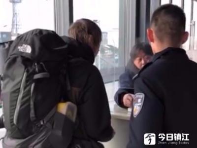 外籍男子高速上欲搭顺风车 丹阳民警及时救助