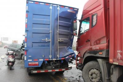 小货车路口闯红灯与小客车相撞 致三车受损