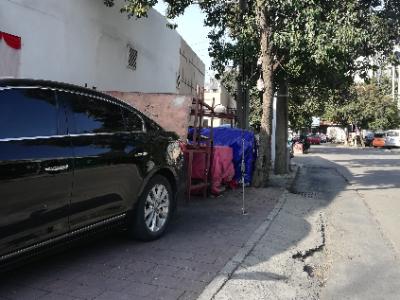 """""""不明杂物""""长期占据黄山路人行道惹争议      记者调查:此处还是""""违停""""场地"""