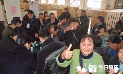 无锡400人旅游团到丹阳参观皮鞋品尝黄酒