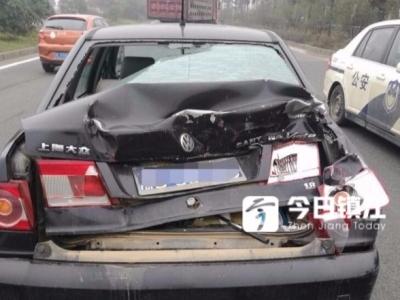 大货司机疲劳驾驶酿车祸 小车车尾严重受损