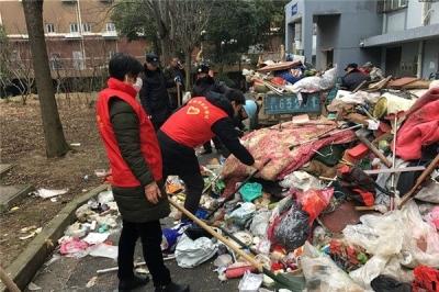 老人家中堆了数吨垃圾,志愿者 8 小时才清理完