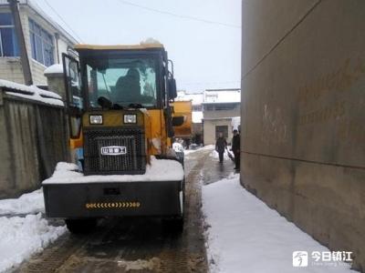 猪年首场大雪堵门 村委会请来铲雪车为村民开道
