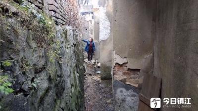 33年老房子后墙石头掉落有危险 社区:加强巡查,打报告给产权单位