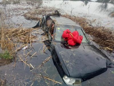 返程高峰疲劳驾驶 轿车失控冲进水塘