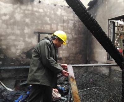疑似使用取暖器引发火灾  宝堰老街一民房被烧坍塌