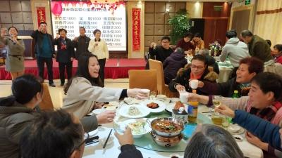 """镇江一酒店老板连续17年请居民吃年夜饭 """"用我小小的努力给他们带来温暖"""""""