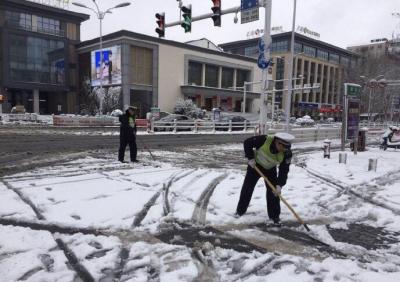 猪年降雪,京口交警上路扫雪