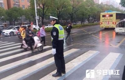 开学第一天,镇江新区交警为学生保驾护航