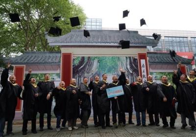 """镇江仅有7家合法""""校友会""""    市民政局提醒民众谨防被套路"""