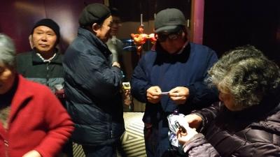 三社区联合组织困难老人和党员免费观看《流浪地球》