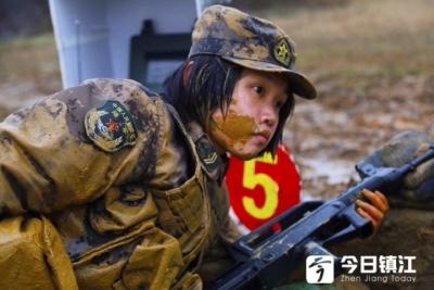 """雨泥泞中上演""""百步穿杨"""" 驻镇73056部队轻武器实弹射击场面震撼如实战"""