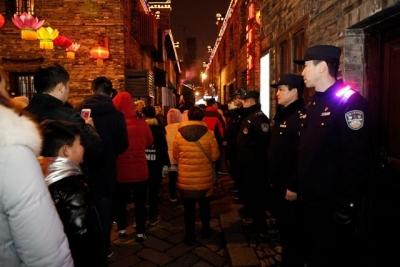 警方确保民众赏灯安全