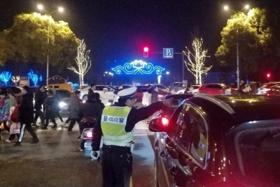 元宵赏灯最高峰来临 警方设卡疏导人、车流