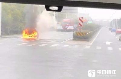 两车追尾引发汽车起火 消防随即到达现场扑灭