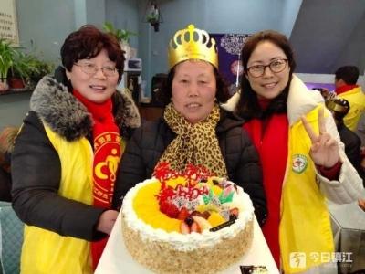 吃蛋糕看节目 镇江新区志愿者陪孤寡老人共度元宵节