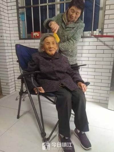 81岁女儿为98岁老母亲求医治白内障  家门口的热心人准备帮她
