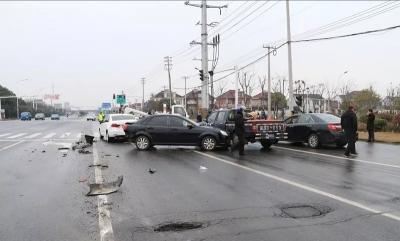 实习期开半挂车上路,男子连撞四车后竟做了这事……