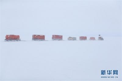"""""""雪龙""""号抵达南极中山站 用直升机吊运燃油"""