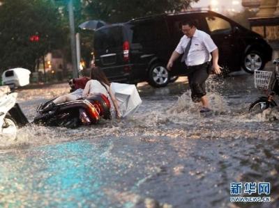 雨天致老人摔倒多发 警方发布出行注意事项