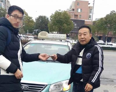 """春节""""马大哈""""乘客还真不少  镇江出租车公司喊你们领失物!"""