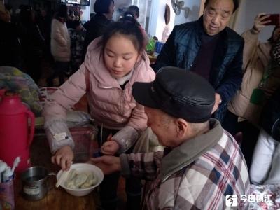青少年学子学包水饺 慰问社区及敬老院老人