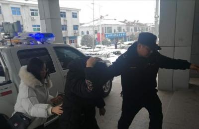 游客雪中摔破头,执法队员暖心救助