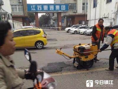 桃花坞路坑洼后续:道路正在临时修补 待温度回升后集中维护