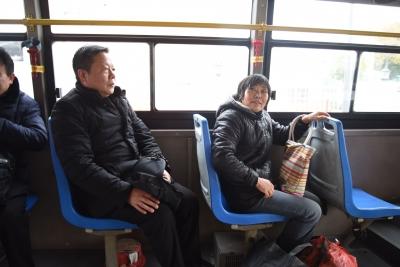 新春走基层:交运局长坐公交    察看民情听建议