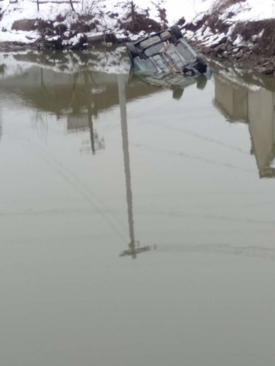 开车走亲戚坠入水塘    车内两人被村民救出