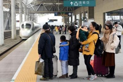 """铁路迎来节前出行高峰 镇江火车站北广场可自助""""刷脸""""进站"""