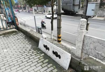 """古城路上的这段高坡护栏缺了""""几颗牙"""" 居民心慌慌"""