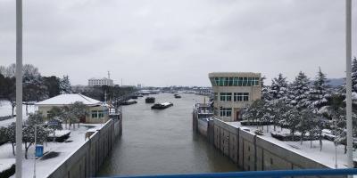 谏壁船闸开启抗雪模式  航道部门保障春运安全