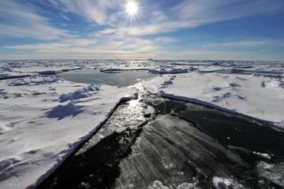 南极冰川下惊现巨型冰洞!面积约为纽约曼哈顿的2/3