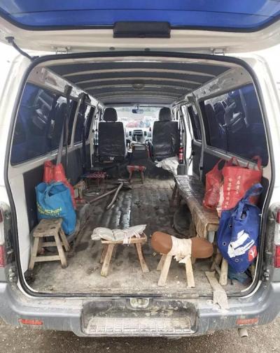 为了多运货和载客 5辆面包车拆了后座