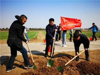 镇江市教育局党员干部开展义务植树活动