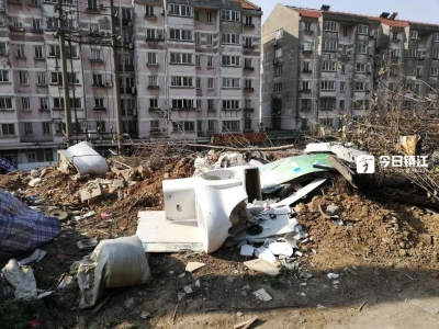 残垣断壁三年不清  火车站旁居民小区变成垃圾场