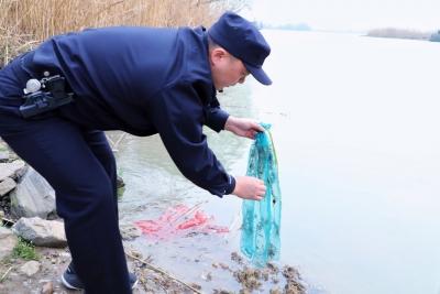 """一抓一""""放""""凸显严惩和保护——警方抓获两名非法捕捞嫌疑人,放了30斤蟹苗"""